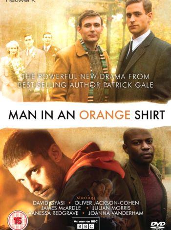 Mężczyzna w pomarańczowej koszuli